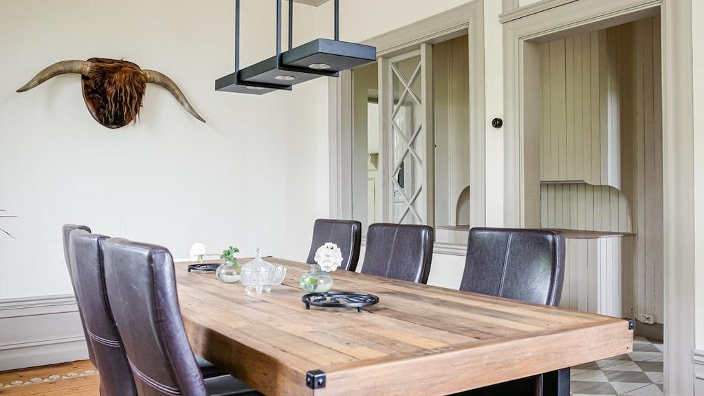 Matsalen intill rymmer ett stort matsalsbord.