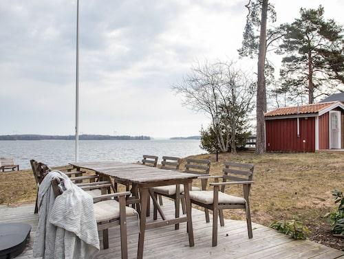 Från matsalen kunde man kliva ut på terrassen med utsikt över Mälaren.