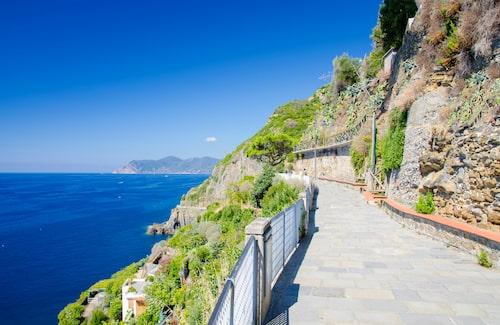 Att vandra längs havet i Cinque Terre är en upplevelse.