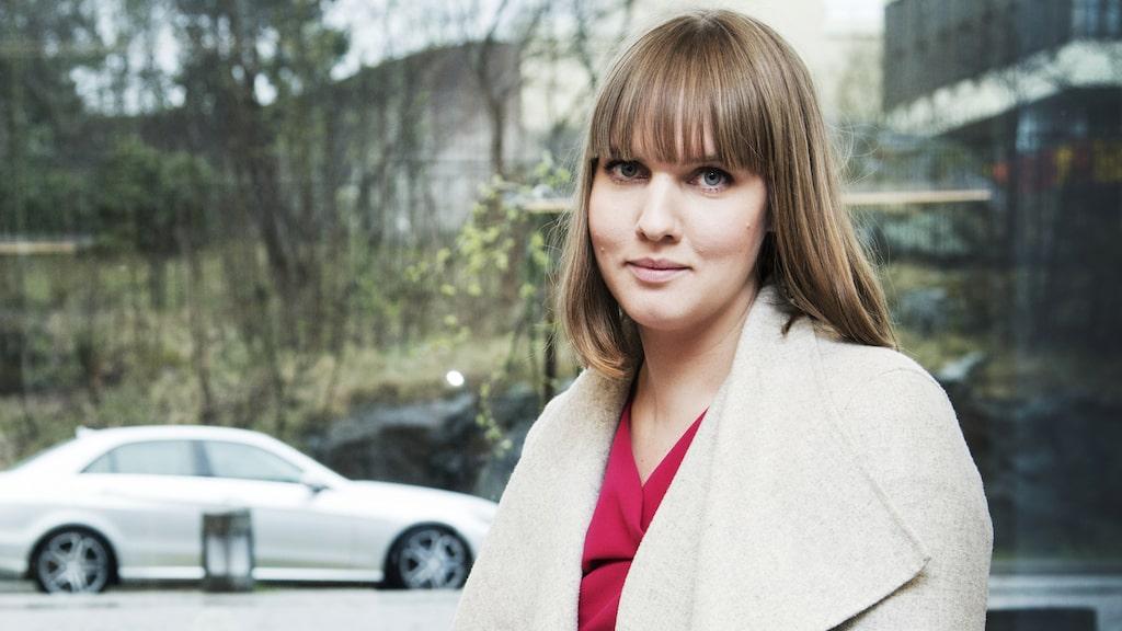 Underbara Clara är en stor influencer som i ett blogginlägg målade en bild på en griffeltavla och gav till sin son. Det var reklam för Beckers färg. Kenza är en av Sveriges största bloggare och influencers. Här på Guldknappens vimmel på Grand Hotell.