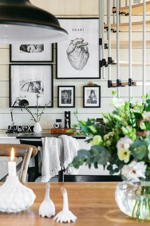 Fotografierna på väggen har Marinas vän Ida Henriksson tagit. Print från Dear Sam.