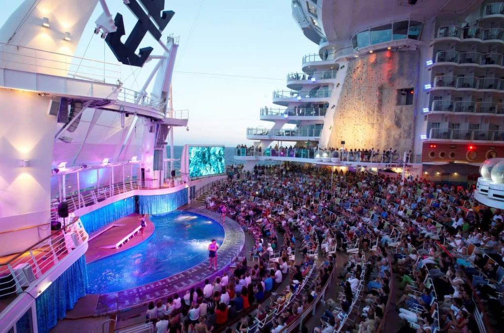 <p>Allure of the Seas. Aqua Theatre är en läcker utomhusscen med pool.</p>
