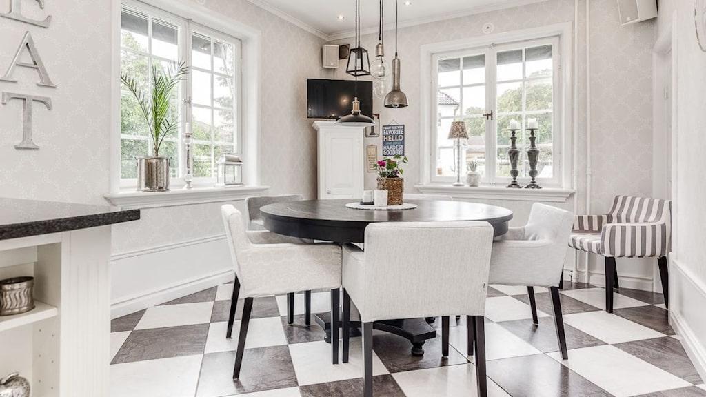 Köket har svartvittrutigt golv.