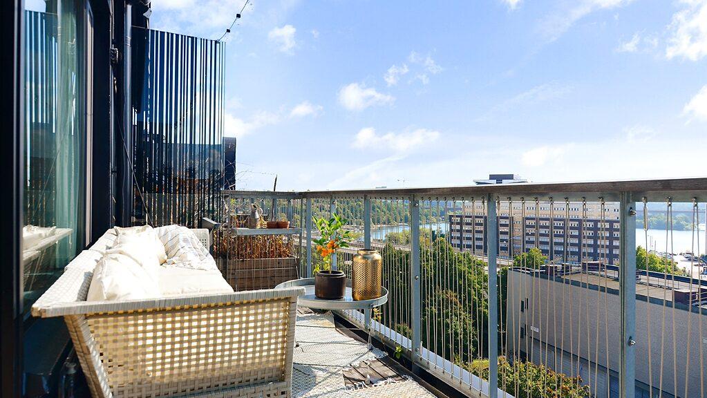 På de tre uteplatserna står avkoppling i fokus med sköna loungemöbler och gröna växter.