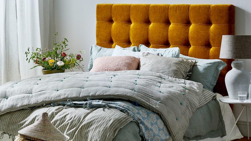 Utbudet av sänggavlar har fullkomligt exploderat. Vad väljer du? Kanske en i sammet för en lyxig känsla? Eller varför inte en gavel i rotting eller trä som ger ett varmare intryck.