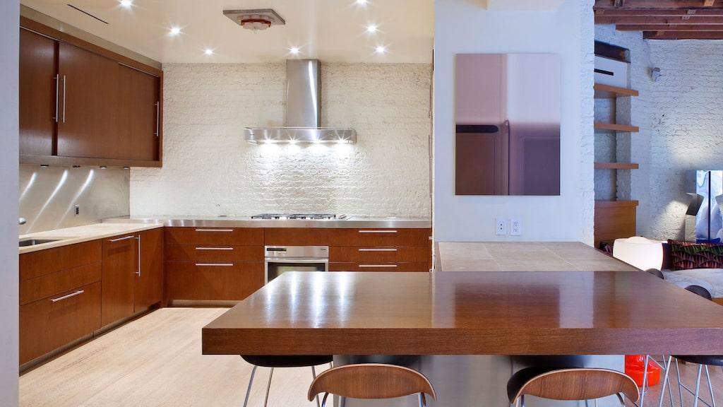 Köket har öppen planlösning mot ett allrum.
