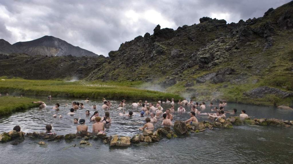 Att bada i varma källor är en naturlig del av islänningarnas vardag.
