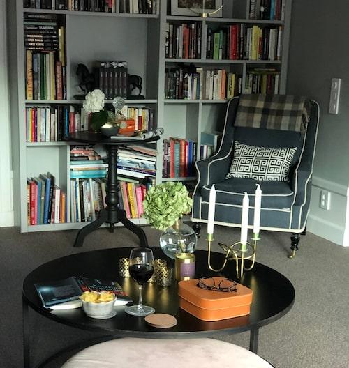 Färska blommor och böcker skapar liv och trivsel i författarhemmet.