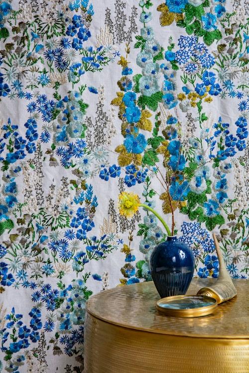 Soffbord, 2 599 kronor, Artiklar. Liten blå vas, 238 kronor, Lindform. Förstoringsglas, 429 kronor, Welcome Home.