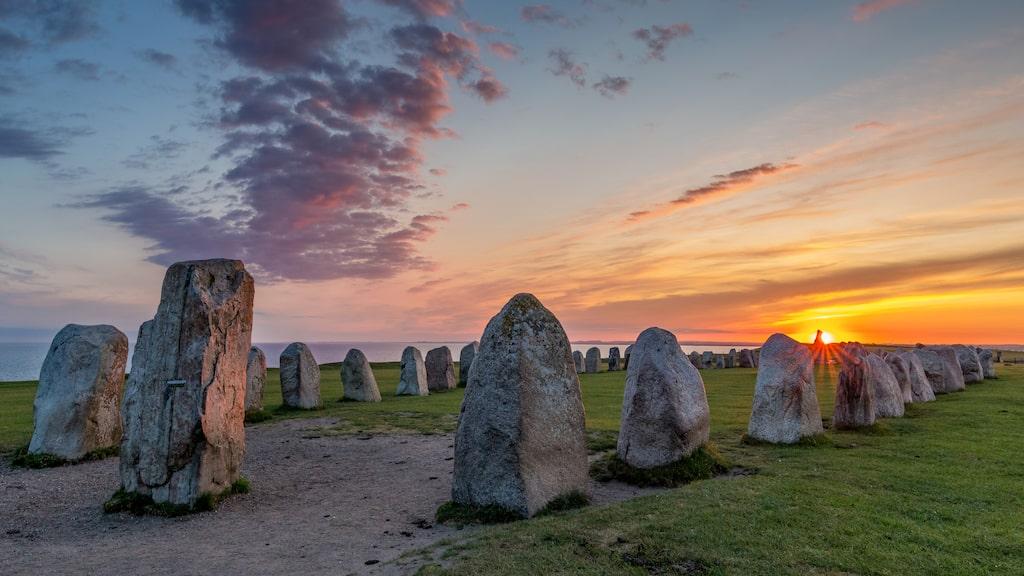 Ale stenar i solnedgång.