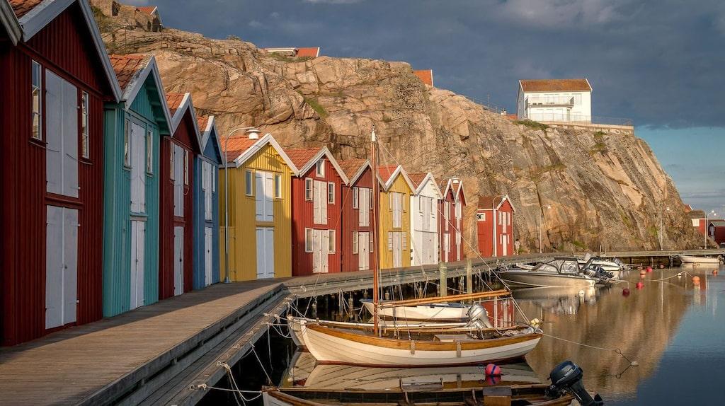 En välkänd bild är den på små färggranna sjöbodar på Smögen.