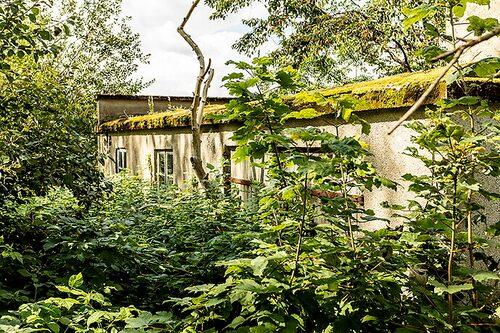 Den här gamla brandstationen ligger ganska gömd i skogen.
