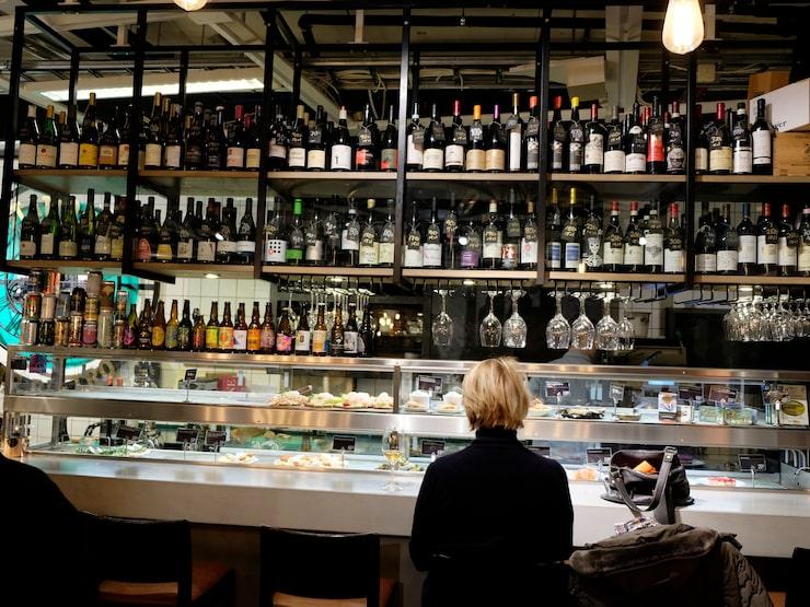 Ica Kvantum i Liljeholmen, Stockholm lockar numera vinälskare till sin butik, tack vare den nya bistron.