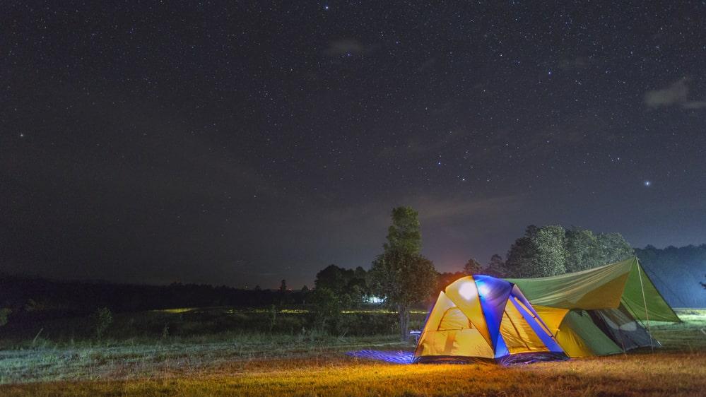 Forskare i Sverige och USA har sett att en helg i tält kan förbättra vår sömn.