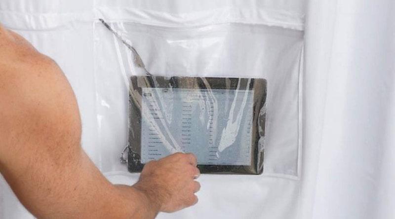 Ett duschdraperi med fack för din surfplatta – ja, varför inte?!