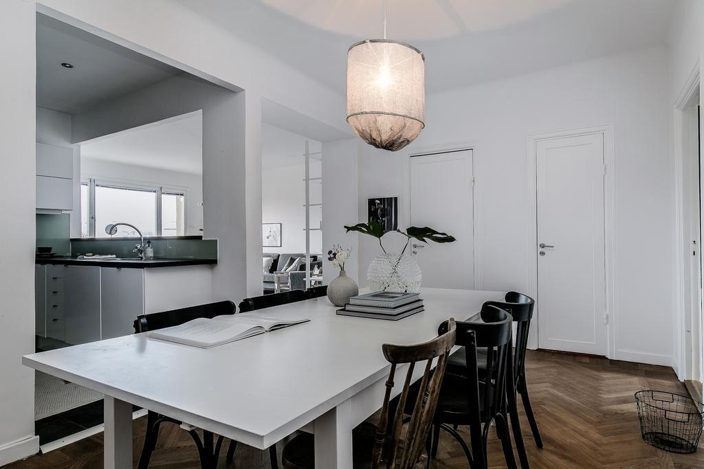 Invid köket finns en rymlig matplats där det är gott om utrymme för ett stort matbord.