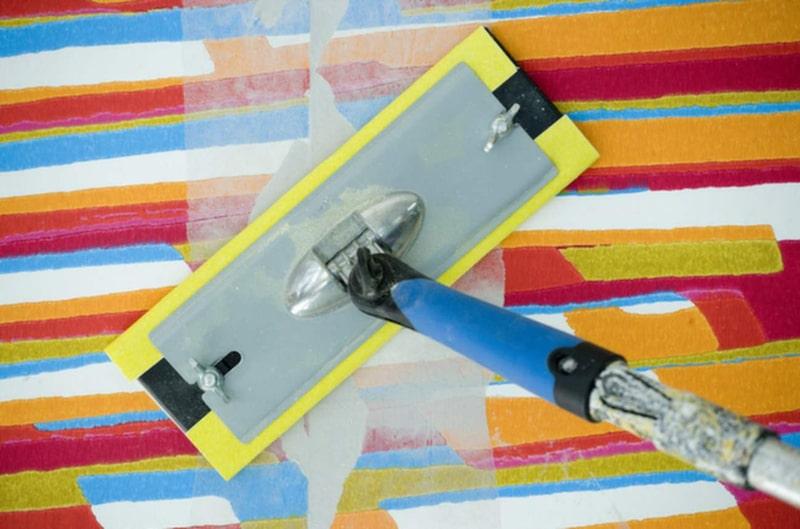 Efter spacklingen behöver du slipa av väggen för att få en slät yta. Tänk på att de ojämnheter som syns igenom spacklet också syns efter målningen.