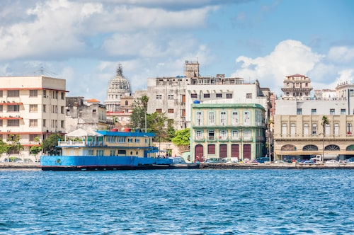 Hoppa på en färja för en fin vy över gamla Havanna.