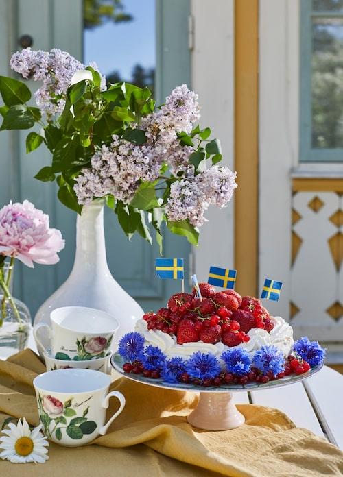 Vit keramikvas, 495 kronor, glasvas, 159 kronor, PB home. Tekopp med blommor, 329 kronor, sverigeflaggor i papper, 15 kronor, Cervera. Gul duk, 1 090 kronor, Himla.