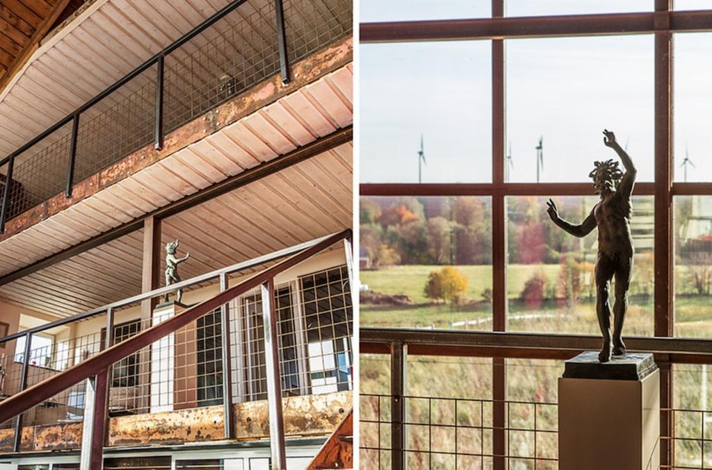 Den industriella designen visar sig genom stora fabriksfönster, järnräcken, stålrör, ståltrappor, och väggar, fönster och dörrar av glas.
