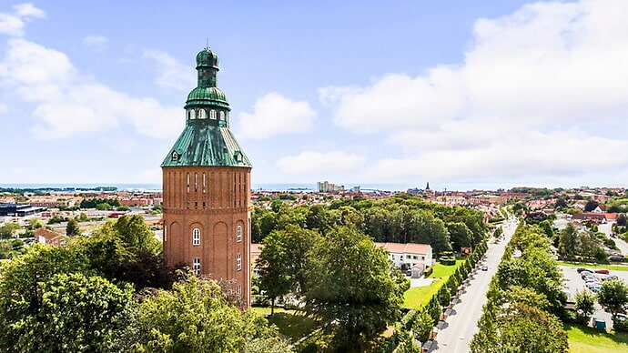 """Det gamla vattentornet i Ystad har kallas """"Nappflaskan"""" och har förvandlats till lyxiga bostäder. Nu finns två av dem till salu."""