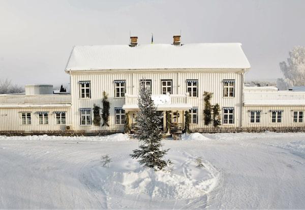 På Ulvsby herrgård kan du njuta av julens alla delikatesser, från julbord till kalkonmiddag.