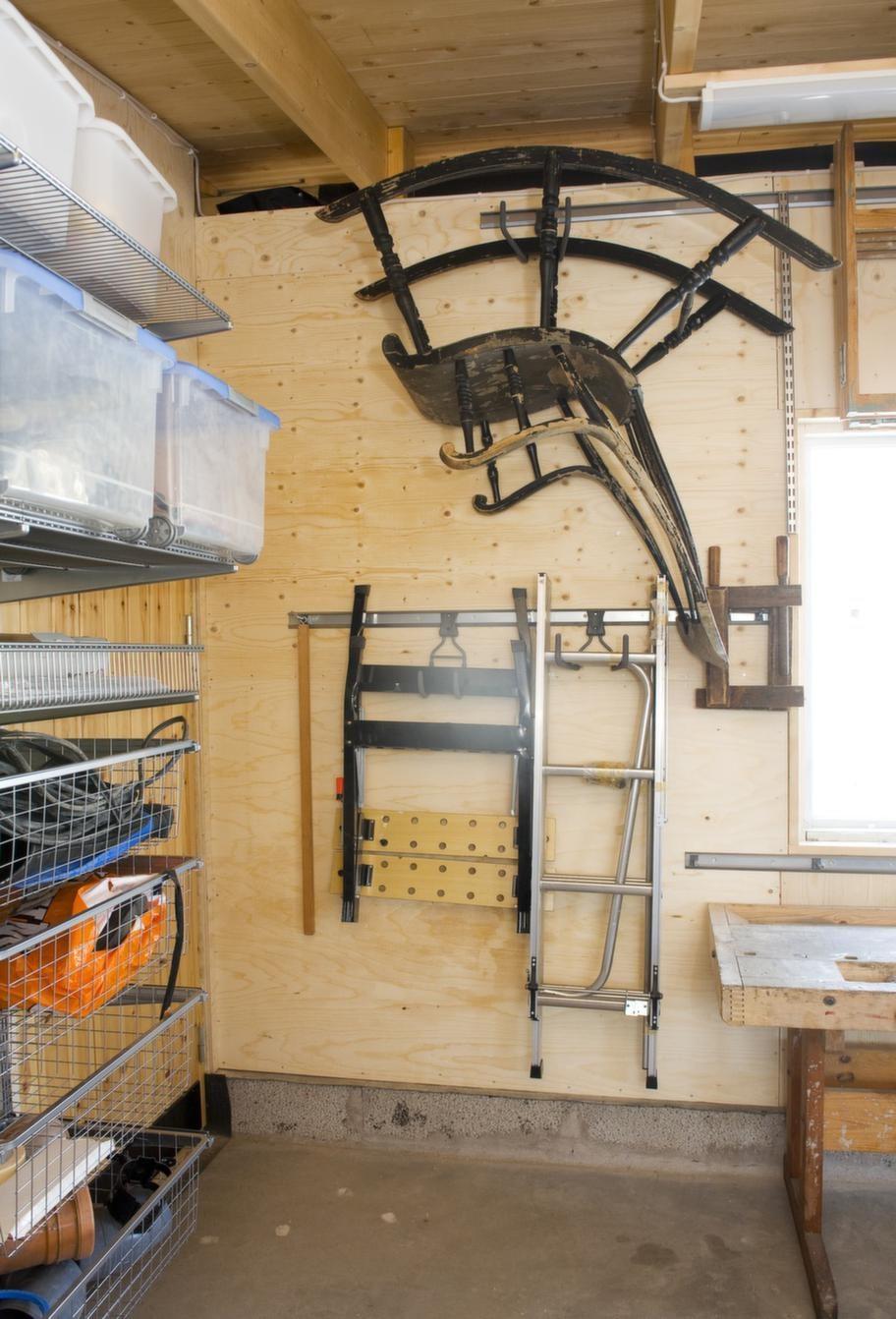 UTNYTTJA TAK &amp; VÄGGAR<br>Grova krokar för tyngre och otympliga föremål som gungstolar, stegar och annat lite mer utrymmeskrävande. I taket finns plats för långa plankor, skidor och annat som man kanske inte använder så ofta.