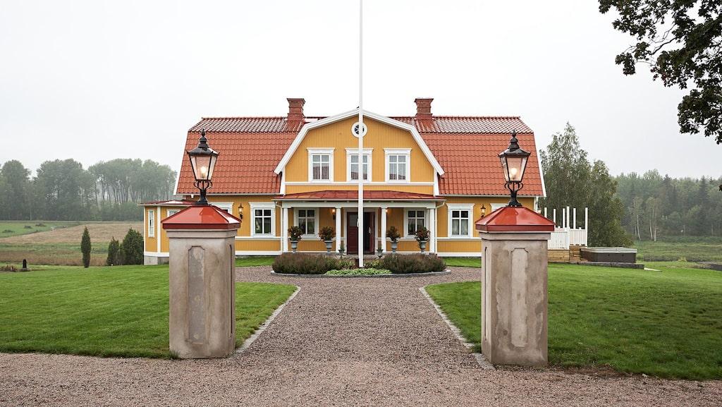 Det gula huset ligger i Näckenbäcken, Avesta, och är till salu för 10 miljoner kronor, ett pris som gör det till ett av Dalarnas dyraste hus. Men då ingår också 32 hektar mark och flera byggnader.