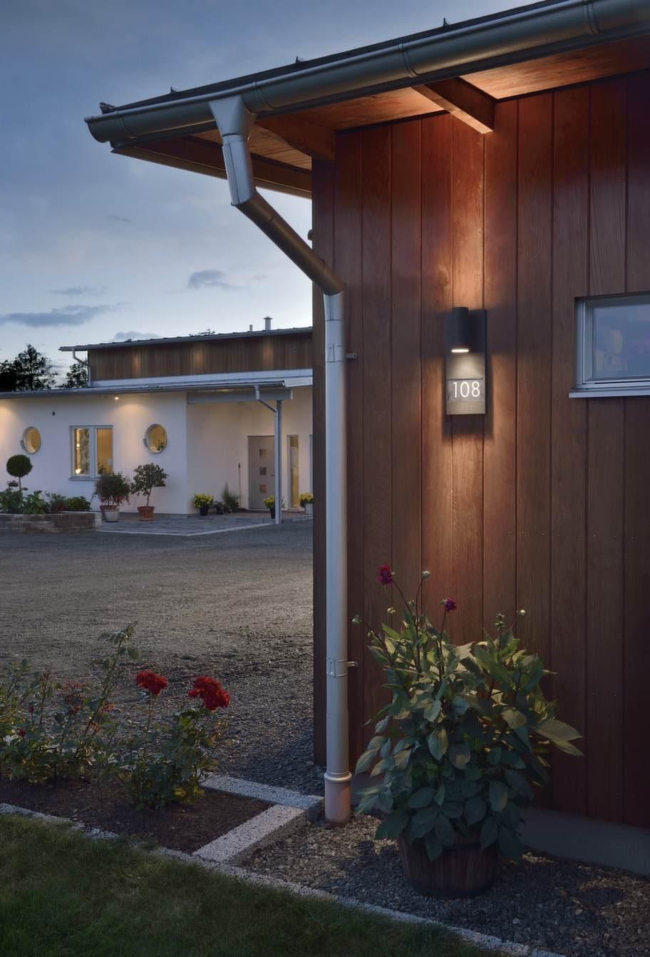 Lys upp-skylt. Vägglykta Modena med både nedåt- och uppåtriktad belysning samt husnummer, 550 kronor, Konstsmide.