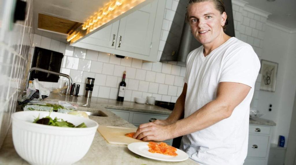 – D-vitamin hjälper oss att bränna fett. Speciellt fett samlat runt buken blir lättare att bränna när din D-vitaminstatus är god, menar näringsfysiologen Fredrik Paulún. Lax är ett bra exempel på mat som är laddat med D-vitamin.