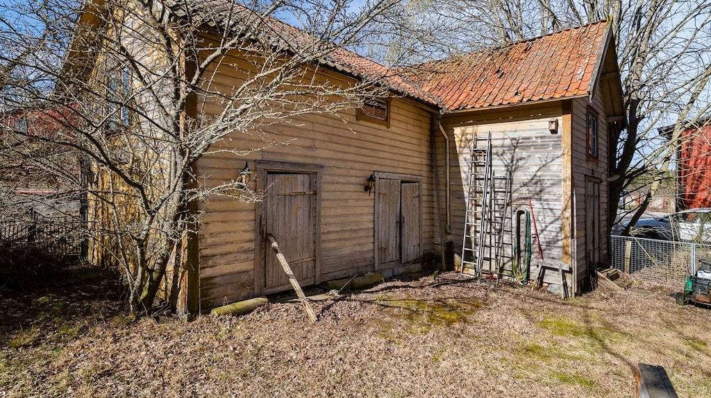 Ett uthus ingår också på tomten om 1945 kvadratmeter.