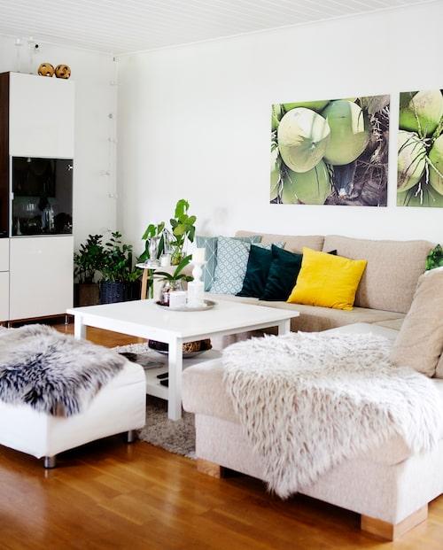 Bilderna på väggen i vardagsrummet har Erika tagit på en semester i Thailand och låtit förstora. Soffan kommer från Riise möbler i Västerås. Kuddar från bland annat H&M home.