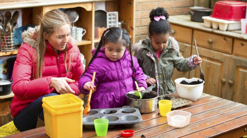Barn är extra mottagliga och infektionen sprids lätt exempelvis på en förskola.