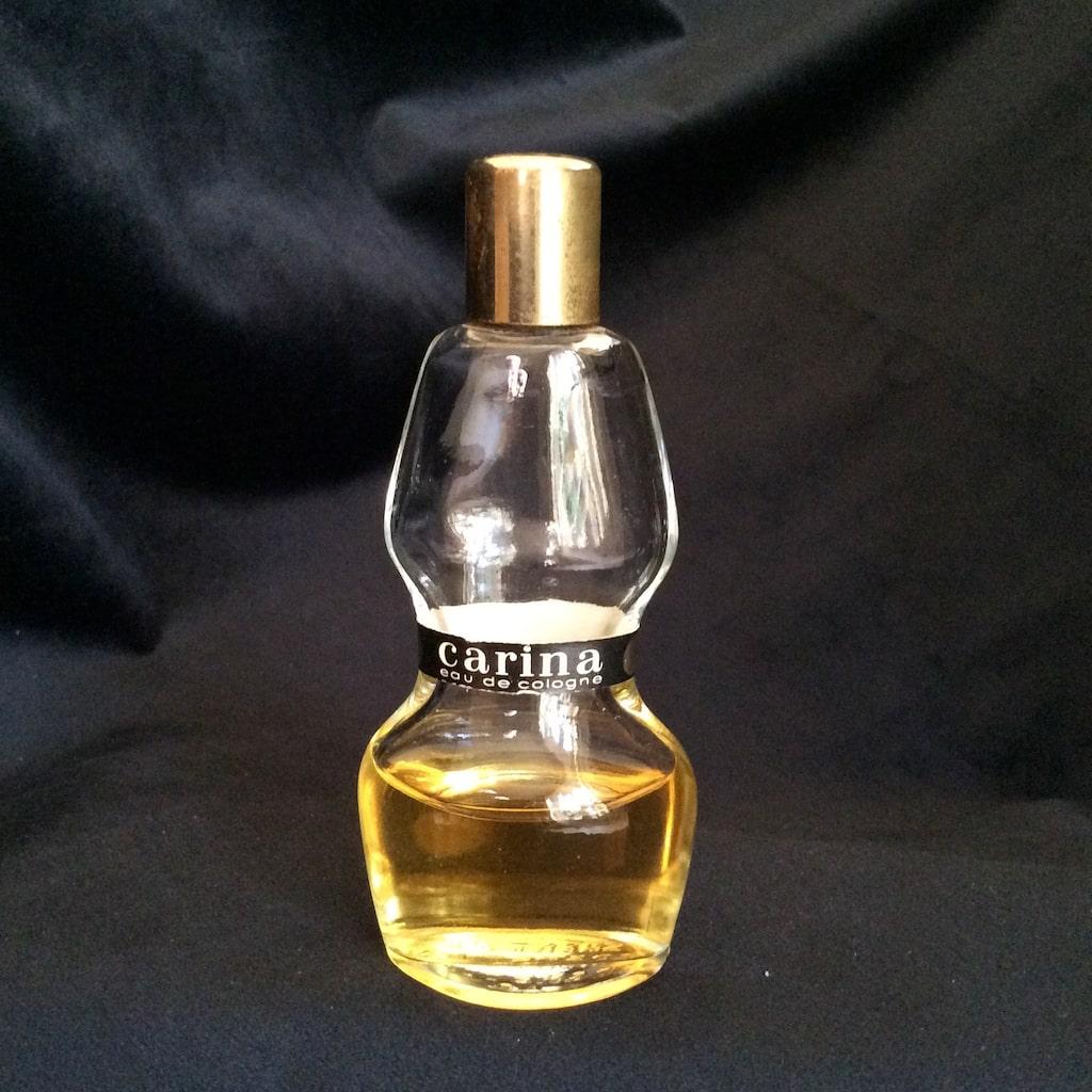 Barnängens Kemisktekniska fabrik grundades 1868. Under tidigt 1950- tal vände man dig till en helt ny publik med doften Carina. Den blev snabbt en stor succé men ytterst få flaskor har bevarats till eftervärlden. Denna kostade 350 kronor på nätet.