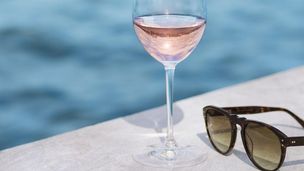 Färgen på ett rosévin kan variera från mycket ljus aprikosrosa till intensivt rubinröd.