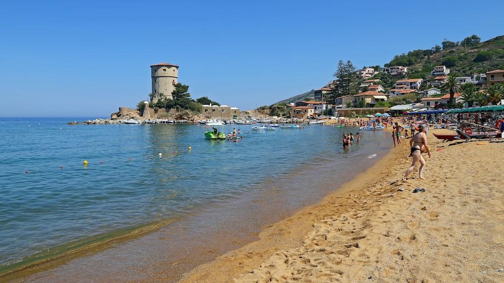 På Spiaggia del Campese i Italien kan man koppla av och njuta av solen hela eftermiddagen.
