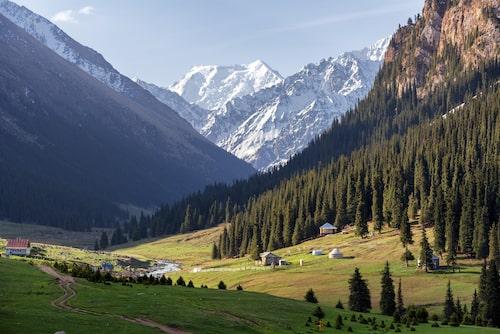 Kirgizistans mäktiga bergslandskap.