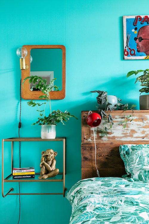 Sovrummets spegel med belysning är ett loppisfynd och har hängt i ett av badrummen på anrika Hotell Knaust i Sundsvall. Vägghängt nattygsbord, Ellos.