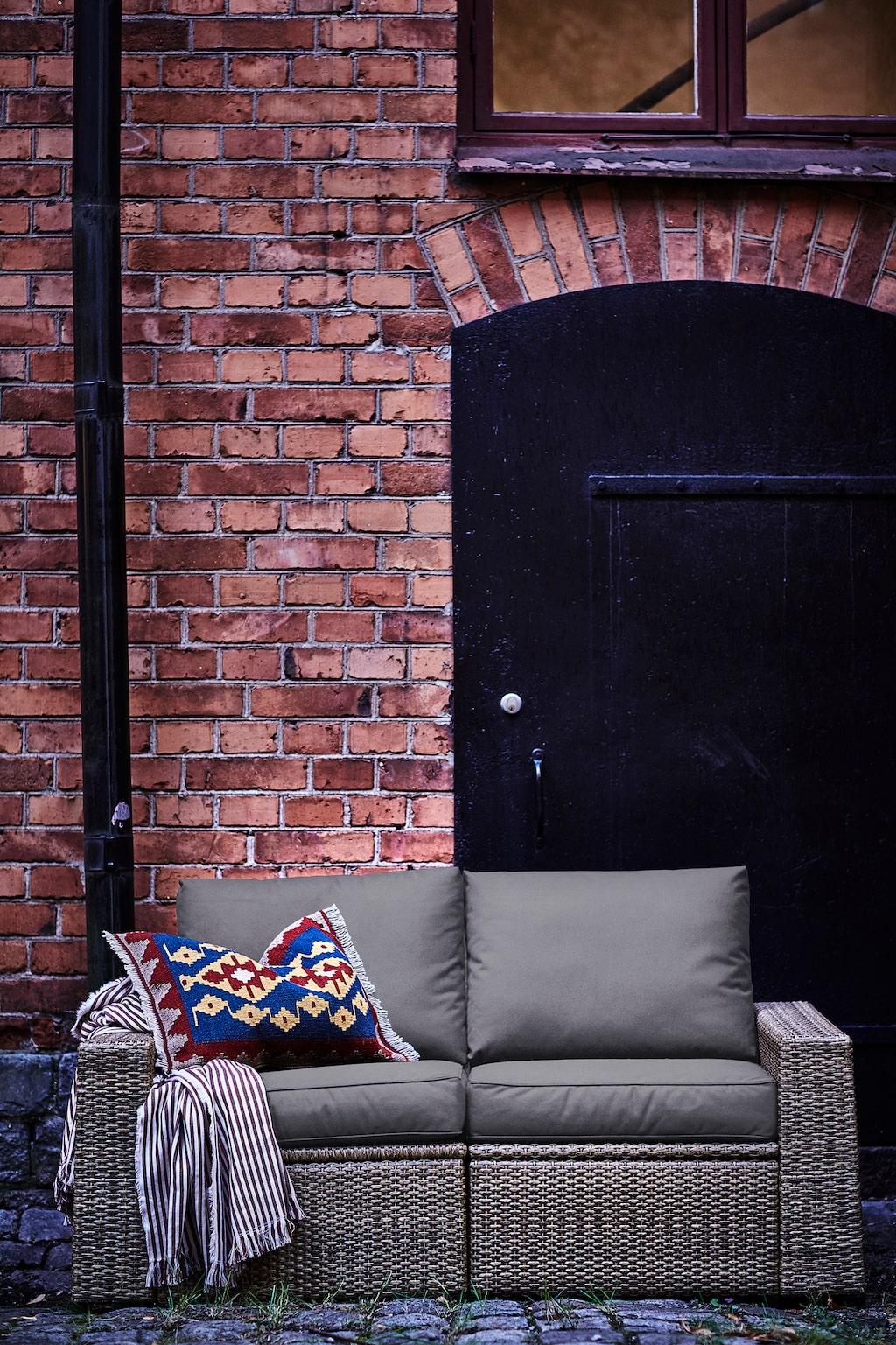 Sollerön 2-sits soffa med dynor, utomhus, 3995 kronor. Brun/Frösön/Duvholmen, mörkgrå.