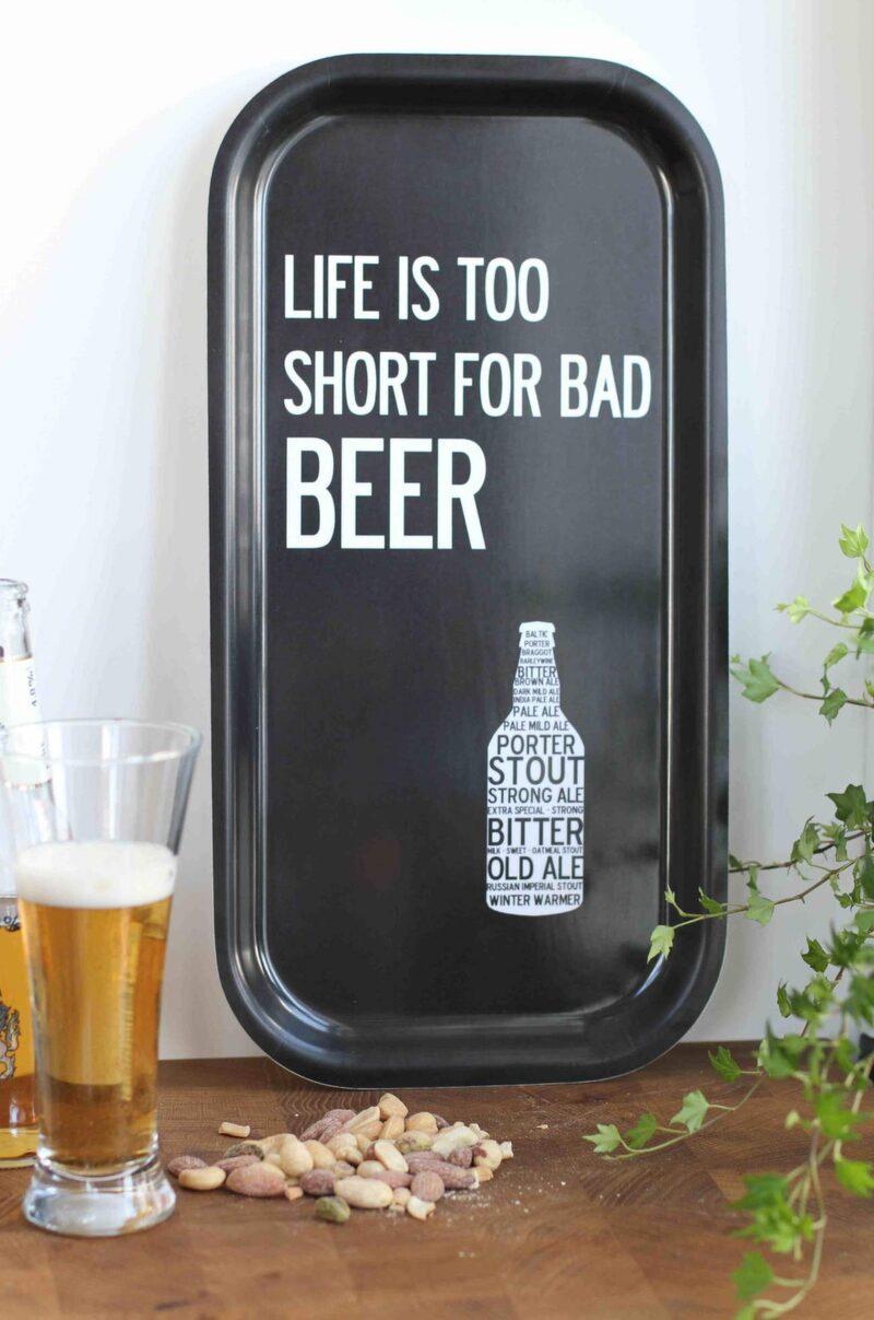 """<p>""""Livet är för kort för dåligt öl"""". Bricka, I love design, 43x22 centimeter, 299 kronor, Cervera.</p>"""