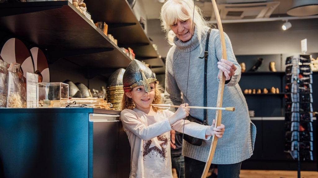 Glada vikingar leker i museets butik.