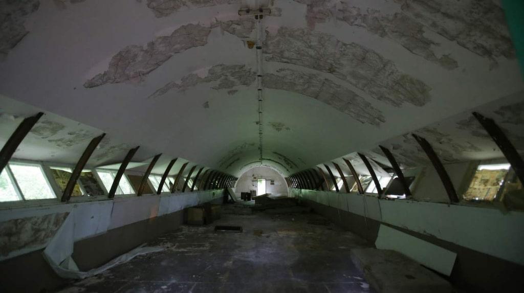 """<p>Naval Station Subic Bay var en av de största amerikanska militärbaserna utanför det amerikanska fastlandet. Det stängdes 1992 efter att den filippinska senaten valde att inte förlänga hyreskontraktet för anläggningen och betongkonstruktionen som nu kallas """"Quonsets hyddor"""" och håller på att vittrar sönder.</p>"""