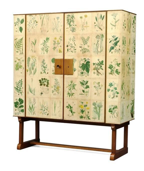 """Blommigt. Josef Franks skåp """"Flora"""" är den enskilt mest efterfrågade av samtliga möbler från firma Svenskt Tenn. Möbeln är tapetserad med planscher ur CAM Lindmans """"Nordens flora"""". Både Stockholms Auktionsverk och Bukowskis har var sitt skåp, Bukowskis med senare dörrknopp.  Utropspris: 100 000–150 000, Auktionsverket.  60 000-80 000, Bukowskis."""