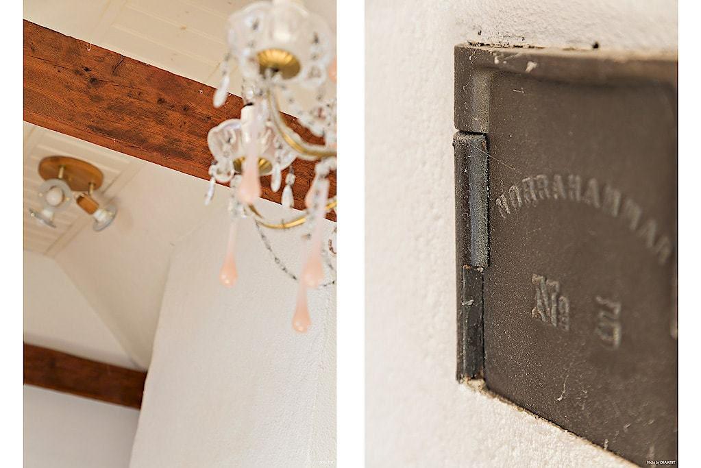I huset finns vackra detaljer som takbjälkar och en gammal spis.