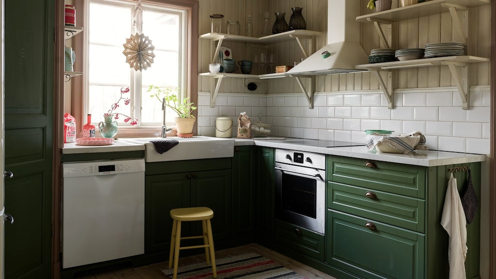 Köket är nytt men renoverat i tidstypisk stil.