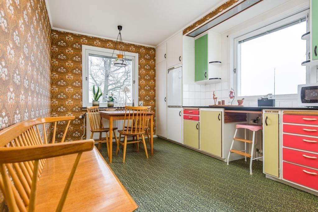 Köket har typiska 60-talsmöbler och luckor i alla dess färger.