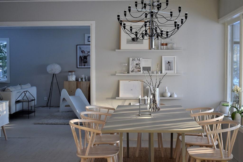 """Matplats. Väggfärgen heter """"Lapptussan dusk"""", Nordsjö. Tavellister, Ikea (målade i samma kulör som väggen). Taklampa Sarfatti, Flo. Ljusstake, By Larsen Kubus. Vas, Ikea. Matbord, Hay. Stolar, Ellos. Tavla med båt, Ikea."""