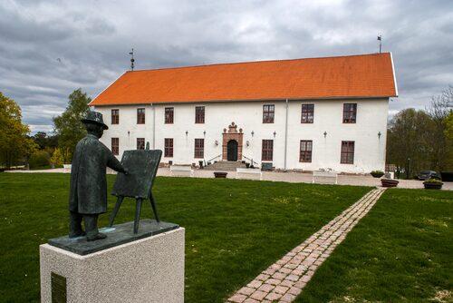 Förutom statyn av Prins Eugen i sin målarpose, är Sundbyholms makalösa afternoon tea känt vida omkring.