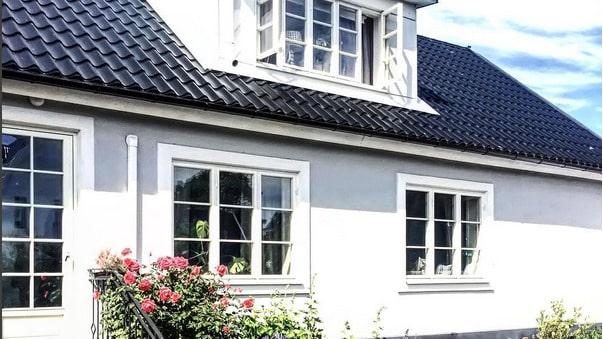 Linda och Andreas bor i ett putsat hus på landet i Skåne, byggt 1910, namngett Annedal.