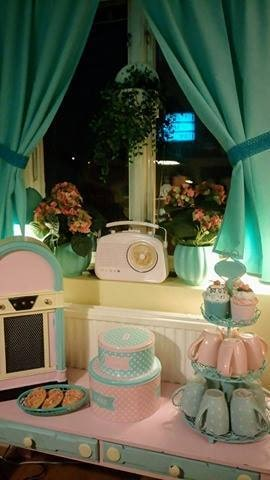 Till och med köksbänken är rosa och mintgrön. Evas kök.